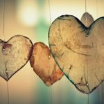 corazones colgando en una guirnalda sin luz