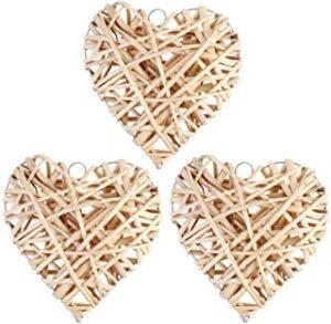 tres piezas de corazones hechos con mimbre